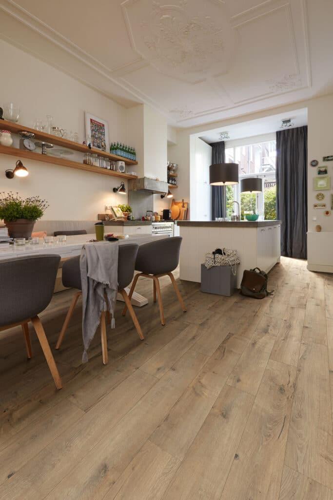 Der neue Designboden MeisterDesign. next überzeugt mit authentischen De-koren in brillanten Farben (hier: Risseiche Terra 6439, Holznachbildung).