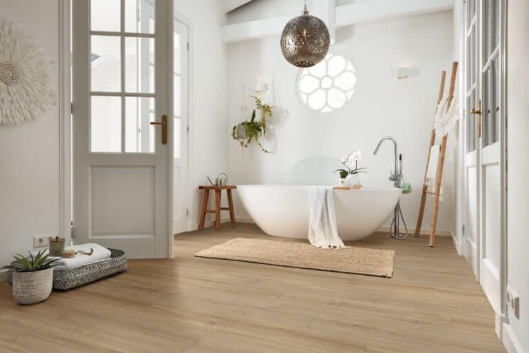 MeisterDesign. next ist wasserresistent und damit perfekt für Flur, Küche oder auch Badezimmer geeignet (hier: Eiche Casablanca 6414, Holznachbil-dung).
